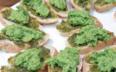 Crostini van bruschetta toast met erwtenpuree, peer & Griekse kaas